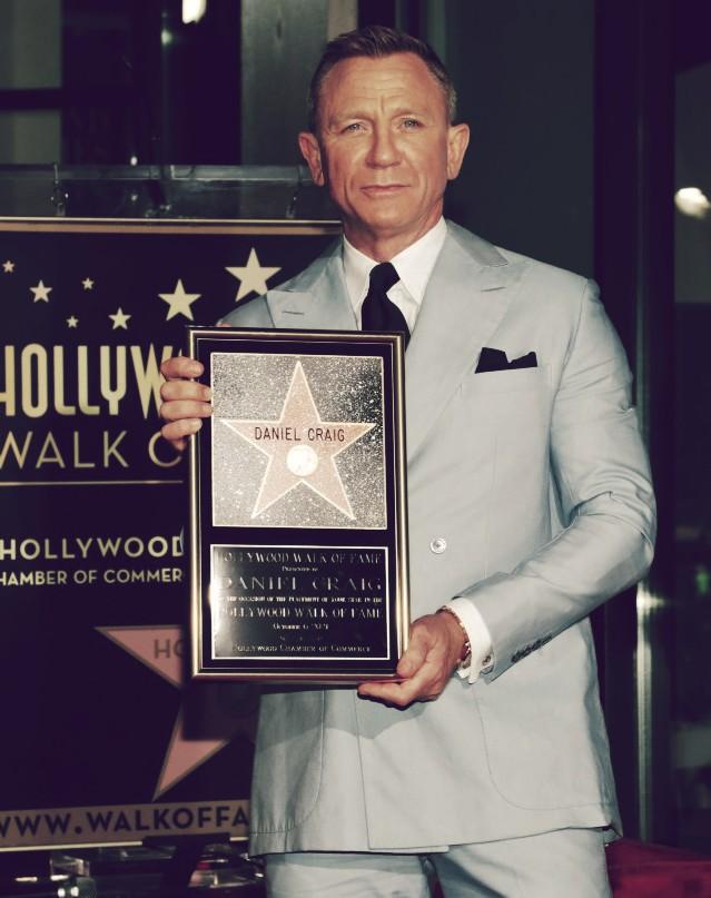 daniel craig posing with hollywood walk of fame star